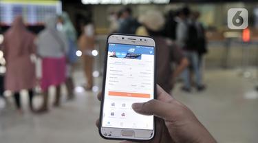 Calon penumpang membeli tiket kereta Mudik Lebaran 2020 melalui aplikasi KAI Access di Stasiun Pasar Senen, Jakarta, Senin (17/2/2020). PT Kereta Api Indonesia resmi membuka penjualan tiket Mudik Lebaran 2020 mulai 14 Februari 2020. (merdeka.com/Iqbal Nugroho)