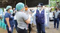 Wali Kota Manado GS Vicky Lumentut memberikan arahan pada petugas kesehatan di Pos Kesehatan yang berada di batas Kota Manado.