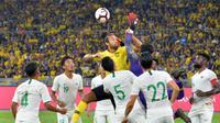 Bek Malaysia, Corbin Ong, dikepung pemain Timnas Indonesia dalam laga kelima Grup G kualifikasi Piala Dunia 2022 zona Asia di Stadion Nasional, Bukit Jalil (19/11/2019). (Bola.com/Dok. AFC)