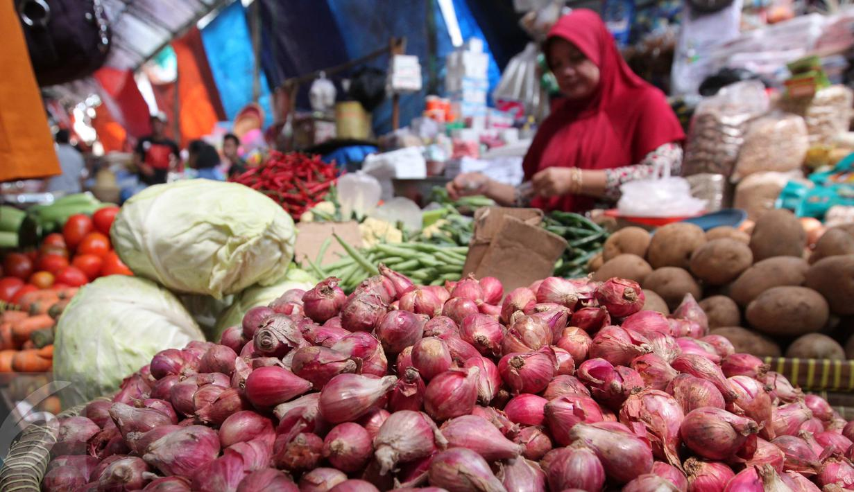 Aktifitas jual beli di Pasar Kebayoran Lama, Jakarta, Kamis (24/9/2015). Perayaan Idul Adha membuat sejumlah harga sayur mengalami kenaikan. (Liputan6.com/Angga Yuniar)