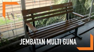 Pemerintah Provinsi DKI Jakarta memasang belasan kursi pengunjung di jembatan multiguna atau skybridge