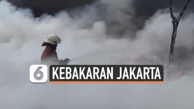 3 Lapak penampungan sampah plastik di Kalideres Jakarta Barat terbakar. Api berasal dari salah satu lapak merembet ke lapak di sekitarnya.  Api cepat membesar karena bahan sampah plastik yang mudah terbakar.