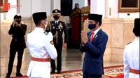 Presiden Jokowi mengukuhkan delapan anggota Paskibraka yang akan bertugas pada upacara HUT ke-75 RI di Istana. (Youtube Setpres)
