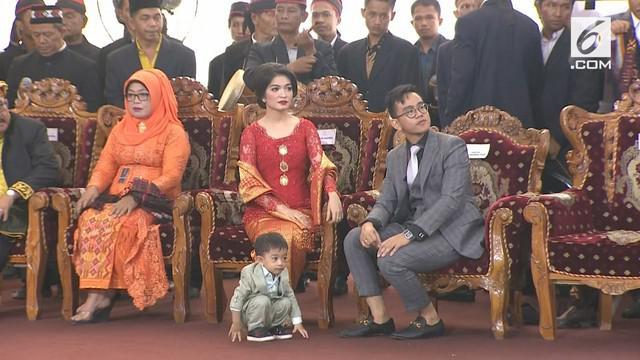 Pada pesta Adat Kahiyang-Bobby cucu Presiden Jokowi kembali membuat tingkah lucu.