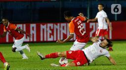 Pemain Persija Jakarta, Marc Anthony Klook meghadang laju pemain Borneo FC Samarinda, Sultan Samma dalam pertandingan Babak Penyisihan Grup B Piala Menpora 2021 di Stadion Kanjuruhan, Malang, Sabtu (27/3/2021). Persija menang telak atas Borneo FC Samarinda 4-0. (Bola.com/Ikhwan Yanuar)