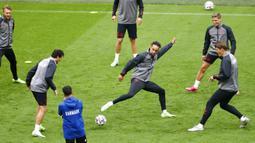 Pemain Denmark Yussuf Poulsen melakukan pemanasan saat sesi latihan di Johan Cruyff Arena, Amsterdam, Belanda, Jumat (25/6/2021). Denmark akan melawan Wales pada pertandingan babak 16 besar Euro 2020. (Koen van Wael/Pool via AP)