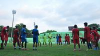 Arema menggelar latihan jelang keberangkatan menuju Makassar. (Bola.com/Iwan Setiawan)