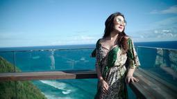 Berlatar belakang indahnya pantai berwarna biru, Ashanty tampil dengan gaya yang simpel. Dirinya hanya mengenakan long dress motif foloral. Sangat menyantu dengan alam sekali, bukan? (Liputan6.com/IG/ashanty_ash)