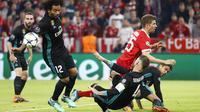 Pemain Bayern, Thomas Mueller (tengah) berusaha melewati kepungan pemain Real Madrid pada leg pertama semfinal Liga Champions di Allianz Arena, Munich, (25/4/2018). Real Madrid menang 2-1. (AP/Matthias Schrader)