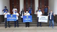 Bandung - Persib menyumbangkan berbagai peralatan medis kepada Pemerintah Kota (Pemkot) Bandung, Rabu, 20 Mei 2020. (sumber foto : Humas Pemkot Bandung)