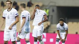 Para pemain Jerman tampak kecewa usai ditaklukkan Spanyol pada laga UEFA Nations League di Estadio Olimpico de Sevilla, Rabu (18/11/2020). Spanyol menang dengan skor 6-0. (AP/Miguel Morenatti)