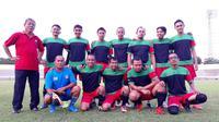 Sartono Anwar (berdiri paling kiri) mendampingi tim sepak bola Jateng di Porwanas 2016. (Bola.com/Istimewa)