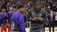 Kawhi Leonard mengenakan cincin juara NBA saat kembali ke markas Toronto Raptors, Rabu (11/12/2019) atau Kamis pagi WIB. (Nathan Denette/The Canadian Press via AP)