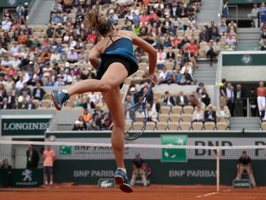 Petenis Rusia, Maria Sharapova mengembalikan bola saat melawan Richel Hogenkamp dari Belanda selama babak pertama turnamen tenis Prancis  Terbuka di stadion Roland Garros, Paris, (29/5). Sharapova menang 6-1, 4-6, 6-3. (AP Photo/Alessandra Tarantino)