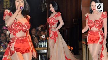 Gara-gara memakai sebuah gaun, Dewi Perssik menjadi pembicaraan warganet.