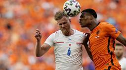Duel Belanda kontra Ceska bermain cukup alot sejak menit pertama. Tak ada gol yang tercipta sampai turun minum. (AP/Darko Bandic, Pool)