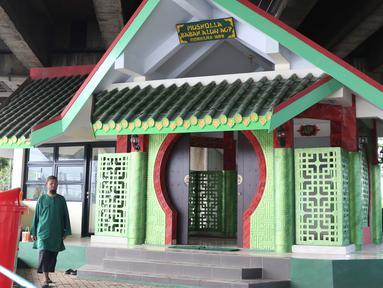 Penjaga melintas di depan Musala Babah Alun AGP di Jalan Pasir Putih, Pademangan, Jakarta, Rabu (6/2). Musala yang berdiri di kolong Tol Ir. Wiyoto Wiyono ini memiliki mengusung gaya arsitektur Tiongkok. (Liputan6.com/Helmi Fithriansyah)