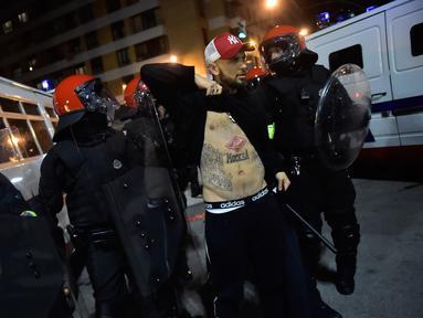 Polisi antihuru hara mengamankan suporter jelang pertandingan Spartak Moskow melawan Athletic Bilbao di Stadion San Mames, Bilbao, Spanyol, Kamis (22/2). Kedua tim bertemu pada leg dua babak 32 besar Liga Eropa 2017-2018. (AP Photo/Alvaro Barrientos)