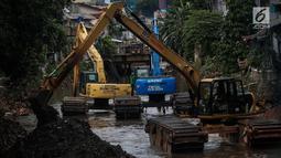 Pekerja menggunak alat mengeruk Kali Krukut di Kawasan Kebayoran Baru, Jakarta, Rabu (13/12). Pengerukan dilakukan untuk membersihkan sedimen lumpur penghambat laju arus air yang berpotensi menimbulkan banjir pada musim hujan. (Liputan6.com/Faizal Fanani)