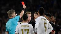 Pemain Real Madrid, Sergio Ramos, kena kartu merah pada pertandingan leg pertama 16 besar Liga Champions kontra Manchester City, di Santiago Bernabeu, Kamis (27/2/2020) dini hari WIB. (AFP/Javier Soriano)