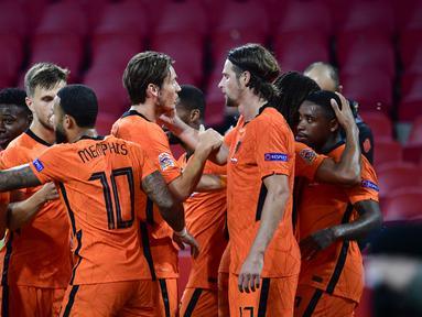 Pemain Belanda merayakan gol yang dicetak Steven Bergwijn ke gawang Polandia pada laga UEFA Nations League di Stadion Johan Cruijff Arena, Amsterdam, Sabtu (5/9/2020) dini hari WIB. Belandang menang 1-0 atas Polandia. (AFP/John Thys)