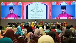Sultan Hassanal Bolkiah menyampaikan pidato dalam sebuah acara di Bandar Seri Begawan, Brunei Darussalam, Rabu (3/4). Hukum syariah baru juga akan menindak pelaku zina, sodomi, perkosaan hingga penistaan agama dengan ancaman maksimal hukuman mati. (AFP)