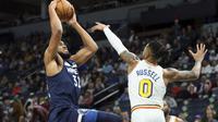 D'Angelo Russell mencoba memblok tembakan Karl Anthony Towns pada lanjutan NBA (AP)