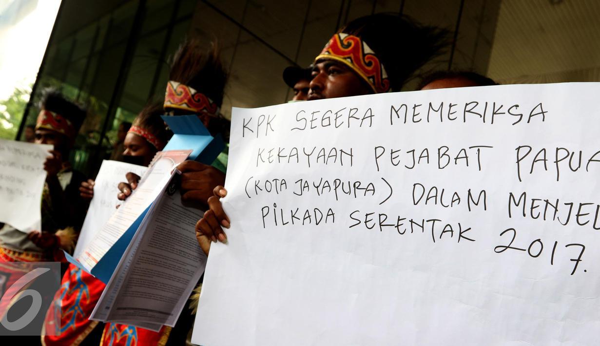 Sejumlah Pemuda Papua yang tergabung dalam Perhimpunan Persatuan Aksi Solidaritas untuk Transparansi menggelar aksi di Gedung KPK, Jakarta, Selasa (27/9). (Liputan6.com/Helmi Afandi)