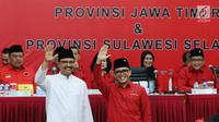 Pasangan Cagub-Cawagub Jawa Timur, Saifullah Yusuf (baju putih) dan Abdullah Azwar Anas saat diperkenalkan Ketua Umum PDIP Megawati Soekarno Putri di Jakarta, Minggu (15/10). Megawati juga menetapkan Cagub-Cawagub Sulsel. (Liputan6.com/Helmi Fithriansyah)