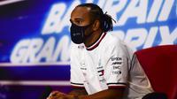 Pembalap Mercedes Lewis Hamilton berpartisipasi dalam konferensi media sebelum Grand Prix Formula 1 Bahrain di Sirkuit Internasional di Sakhir, Bahrain, Kamis (26/11/2020). Hamilton akan absen pada Grand Prix Sakhir akhir pekan ini usai dinyatakan positif COVID-19. (Mario Renzi, Pool via AP, File)