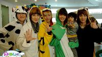 Yoogeun cilik bersama SHINee ketika membintangi reality show Hello Baby. (Foto: Soompi)