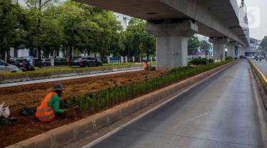 Petugas Sudin Kehutanan Jakarta Selatan melakukan penanaman pohon melati Jepang di bawah jalur MRT Jalan Sisingamangaraja, Jakarta, Kamis (31/10/2019). Penanaman pohon melati Jepang di bawah jalur MRT tersebut untuk penghijauan dan mempercantik tata ruang kota. (Liputan6.com/Faizal Fanani)