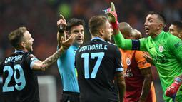 Permainan berjalan dengan tensi tinggi di awal babak pertama. Kiper Galatasaray, Fernando Muselera harus mendapatkan kartu kuning setelah dirinya melakukan pelanggaran terhadap Ciro Immobile di luar kotak penalti. (AFP/Ozan Kose)