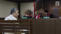 Terdakwa korupsi pengelolaan dana pensiun PT Pertamina, Edward Soeryadjaya saat sidang putusan di PN Jakarta Pusat, Kamis (10/1). Edward dinyatakan bersalah, dihukum 12 tahun 6 bulan penjara, denda Rp 500 juta. (Liputan6.com/Helmi Fithriansyah)