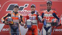 Pebalap Andrea Dovizioso bersama Marc Marquez dan Danilo Petrucci berpose usai balapan MotoGP Jepang di Sirkuit Motegi, Minggu (15/10/2017). Andrea Dovizoso menyelesaikan balapan dengan catatan waktu 47 menit 14,236 detik. (AP/Shizuo Kambayashi)