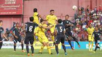 Pertarungan pemain Persik Kediri kontra Persela Lamongan di Piala Gubernur Jatim 2015. (Bola.com/Gatot Susetyo)