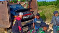 Porsche Carrera 911 sport classic asal Malaysia dengan harga sekitar Rp3 Milyar, ditangkap di sungai daun kecamatan Sekayam kabupaten Sanggau Kalbar saat diselundupkan ke wilayah Indonesia melalui jalur tikus. (foto: Liputan6.com/suarakalbar.co.id)