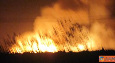 Ctizen6, Probolinggo: Kebakaran terjadi di pabrik kayu Kutai Timber Indonesia (KTI), Kamis malam (4/8). Hingga dini hari tadi, belum ada yang tahu penyebab terjadinya kebakaran, korban jiwa, ataupun besar kerugian yang ditanggung KTI.(Pengirim: Dhevina)
