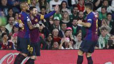 Para pemain Barcelona merayakan gol yang dicetak oleh Lionel Messi ke gawang Real Betis pada laga La Liga 2019 di Stadion Benito Villamarin, Minggu (17/3). Barcelona menang 4-1 atas Real Betis. (AP/Miguel Morenatti)