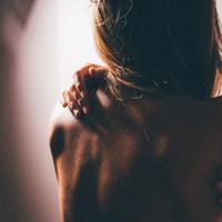 Kenali tanda-tanda bahwa kulit tubuh butuh perawatan eksfoliasi. (Photo by Romina Farías on Unsplash)