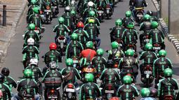 Ratusan pengemudi Ojek Online melakukan aksi solidaritas terhadap temannya yang meninggal karena Sakit, Jakarta, Sabtu (11/6).Mereka kovoi mengantarkan jenazah ke Tempat pemakaman terakhir di TPU Menteng Pulo. (Liputan6.com/Johan Tallo)
