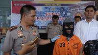 Kapolres Cilacap, AKBP Djoko Julianto menanyai tersangka guru cabul, Nasro. (Foto: Liputan6.com/Polres Cilacap/Muhamad Ridlo)