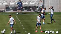 Para pemain Bayern Munchen menghadiri sesi latihan di fasilitas pelatihan FC Bayern München, di Munich, Senin (6/4/2020). Bayern Munchen menggelar latihan secara tertutup meskipun Jerman masih memberlakukan status lockdown atau karantina wilayah akibat mewabahnya virus corona. (Christof STACHE/AFP)