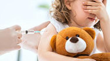 Ilustrasi anak diberi vaksinasi.