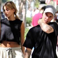 Hailey Baldwin dan Justin Bieber kembali terlihat bersama di Miami. Hal ini memmbuat rumor kembalinya hubungan mereka mencuat. (Vanity Fair)