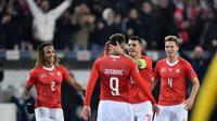 Para pemain Swiss merayakan gol ke gawang Belgia pada laga Liga A2 UEFA Nations League 2018-2019, di Swissporarena, Luzern, Minggu (18/11/2018). (AFP/Fabrice Coffrini)