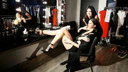 Model Kendall Jenner tersenyum ketika berpose dengan patung lilin dirinya di museum Madame Tussauds, London, Selasa (23/2/2016). Patung lilin adik tiri Kim Kardashian itu resmi dipamerkan pada 8 Februari di gelaran Fashion Week. (REUTERS/Stefan Wermuth)
