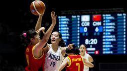 Pebasket Korea Bersatu, Jisu Park, berusaha merebut bola dari pebasket China pada laga final basket wanita Asian Games di Istora, Jakarta, Sabtu (1/9/2018). China menang 71-65 atas Korea Bersatu. (Bola.com/Vitalis Yogi Trisna)
