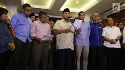 Capres nomor urut 02 Prabowo Subianto (tengah) didampingi cawapres Sandiaga Uno dan koalisi Adil Makmur memberi ketarangan terkait hasil putusan Mahkamah Konstitusi (MK), Jakarta, Kamis (27/6/2019). MK menolak seluruh gugatan hasil Pilpres 2019 yang diajukan Prabowo-Sandi. (Liputan6.com/AnggaYuniar)