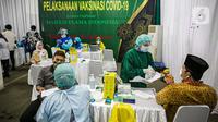 Suasana pelaksanaan vaksinasi perdana COVID-19 untuk pengurus Majelis Ulama Indonesia (MUI) di Gedung MUI, Jalan Proklamasi, Menteng, Jakarta, Rabu (3/3/2021). Ada 250 pengurus MUI yang turut divaksin COVID-19 hari ini dari total pengurus sebanyak 500 orang. (Liputan6.com/Faizal Fanani)